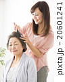 ビューティーイメージ 若い女性美容師とシニア女性 20601241