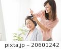 ビューティーイメージ 若い女性美容師とシニア女性 20601242