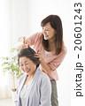 ビューティーイメージ 若い女性美容師とシニア女性 20601243