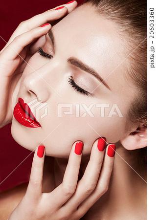 ビューティー。外人モデルの美容イメージ。赤いリップとネイル。 20603360