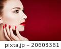 外国人女性モデル。美容イメージ。赤いマニキュアと唇 20603361