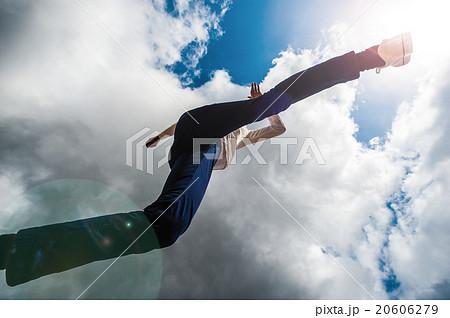 カメラの上を飛び越える男性,ローアングル 20606279