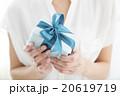 プレゼントを差し出す若い女性 20619719