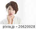 ショートカットの女性  20620028
