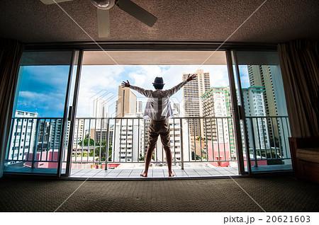 部屋の窓から外を眺める男性の写真素材 [20621603] - PIXTA