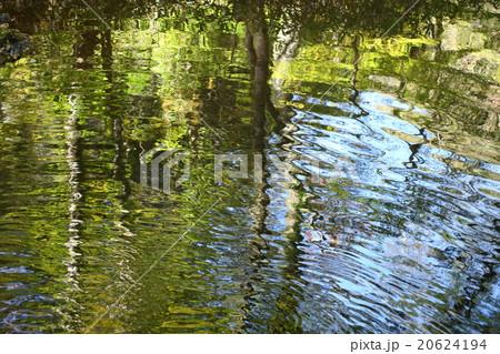 水面の映り込みの写真素材 [20624194] - PIXTA