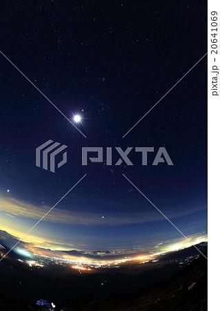 富士山山頂から東京方面の夜景と月・星空 20641069