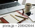 ノートパソコン スマートフォン 手帳の写真 20642644