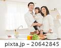 家族 キッチン 人物の写真 20642845