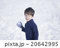 雪で遊ぶ子供 20642995