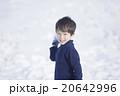 雪で遊ぶ子供 20642996