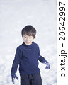 雪で遊ぶ子供 20642997