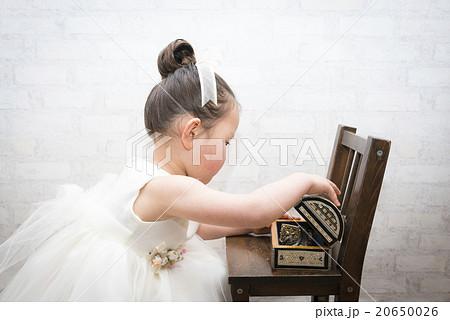 宝箱を開ける女の子 20650026