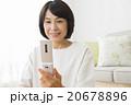 リビングで携帯電話を使う40代女性 20678896