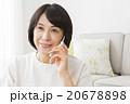 リビングで携帯電話を使う40代女性 20678898