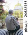 赤ちゃんを抱っこするお祖父さん 20688566