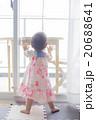 つかまり立ちの赤ちゃん 20688641