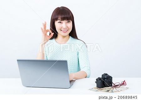写真撮影で副業 女性 カメラ ストックフォト 主婦の副業 写真でお金を稼ぐ 20689845