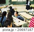 小学校の授業(友達と相談) 20697187