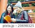 東京を観光する外国人女性と日本人女性 20698325