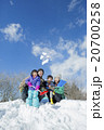 雪の丘で雪を投げて遊ぶ4人家族 20700258