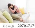 ネガティブイメージ 座り込む若い女性 20701717