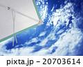 夏の青空とパラソル 20703614