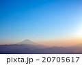 霧に浮かぶ富士・夕景 20705617