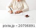シニア 女性 書類の写真 20706891
