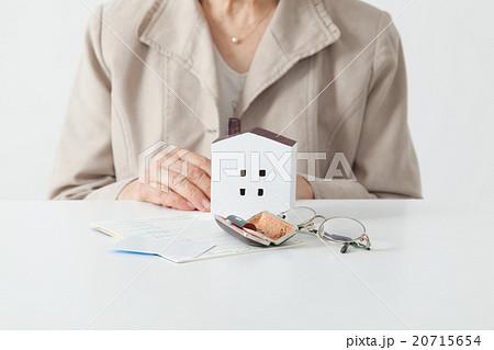 考えるシニア女性 ボディパーツ 老人ホーム/相続 20715654