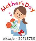 母の日にカーネーションをもらうお母さん 20715735