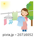 洗濯物を干す女性 主婦 20716052