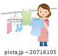 洗濯物を干す女性 主婦 20716105