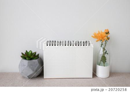 Notepad and plants pots, mockup, copy space backgrの写真素材 [20720258] - PIXTA