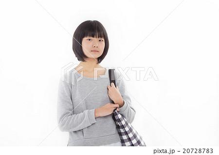 可愛らしい普段着を着た女子中学生 20728783