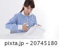 個人情報を処分する若い女性 20745180