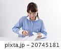 個人情報を処分する若い女性 20745181