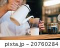 カフェで働く男性 20760284