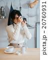 カフェ 女性 カメラの写真 20760931