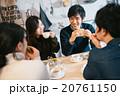 カフェで食事をする男女 20761150