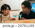 バーで乾杯するカップル 20761189