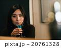 バーで飲む女性 20761328