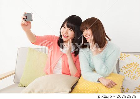 友達同士で自撮りする女性 20782878