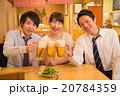 居酒屋で乾杯する若い男女 20784359