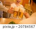 居酒屋で乾杯する若い男女 20784567