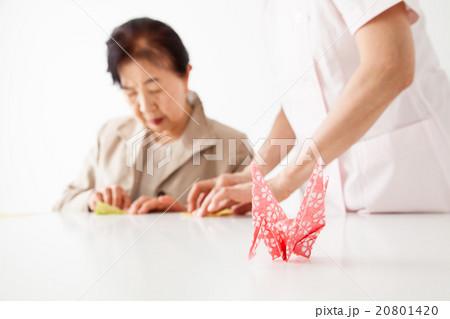 鶴の折り方を高齢者に教えるヘルパーさん レクリエーション 20801420