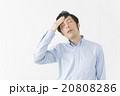 体調不良で頭を押さえる男性 20808286