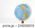 アメリカ大陸が写っている地球儀 20808859