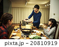夕飯を食べる家族 20810919