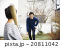 子供と遊ぶ父親 20811042